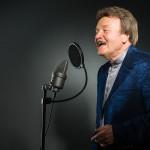 Charles Gordon mit Studio-Mikrofon - The Voice of Charlie