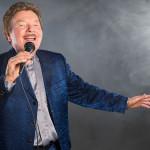 Charles Gordon mit Mikrofon - The Voice of Charlie